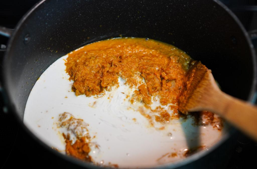 薄切りにした玉ねぎと残しておいたセロリと長ねぎの汁、または水を100mlを加えて10分ほど煮ます。