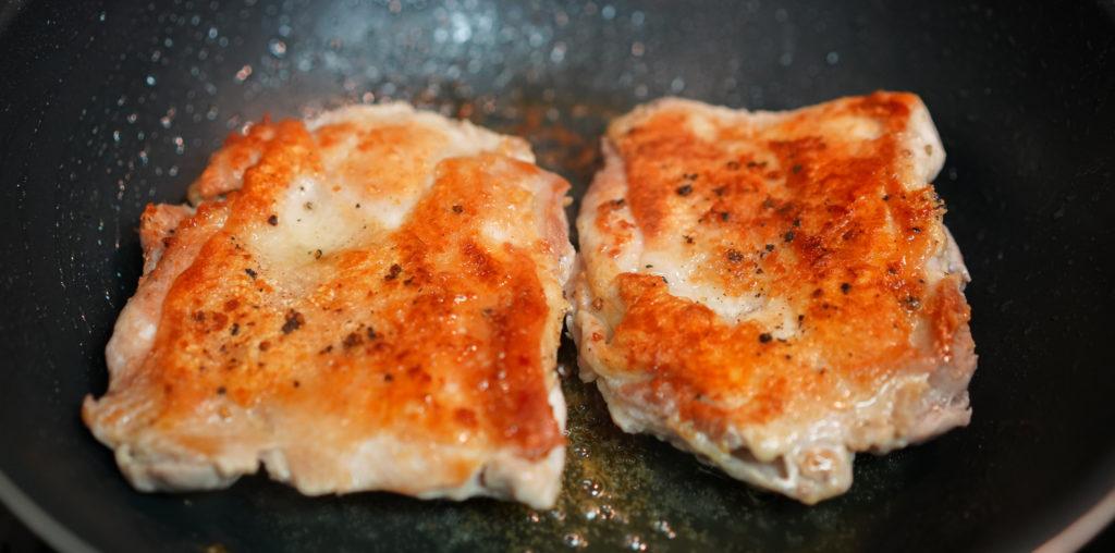塩・コショウしておいた鶏もも肉をこんがりと焼きます。