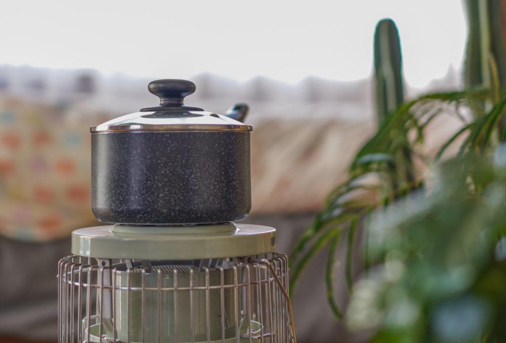 これくらいの鍋だと、中身にもよりますが大体15分あれば十分に温まります。