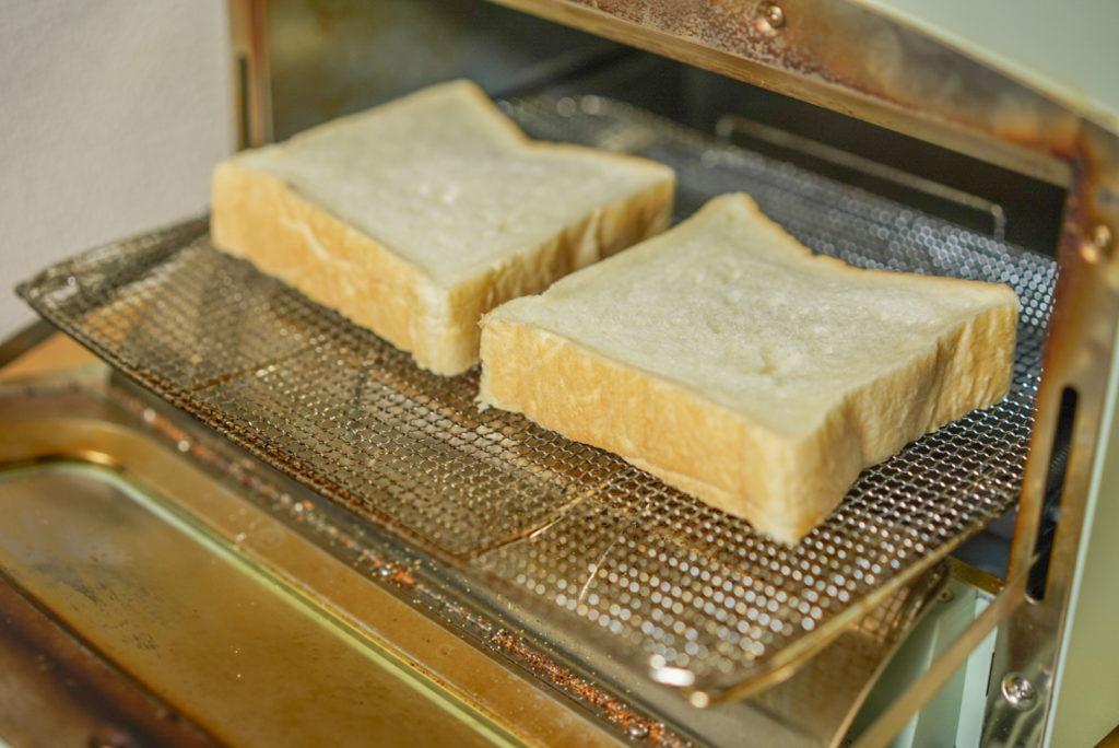 食パンを2枚並べます。