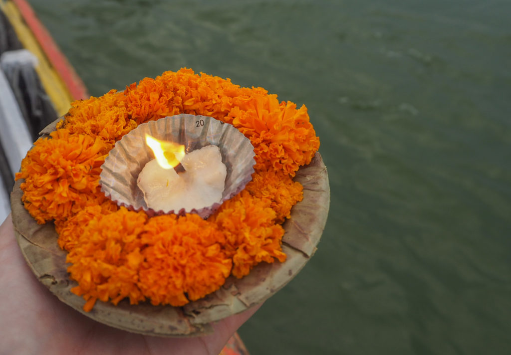 売っている花は灯籠流しのようにマッチで火を付けて願いを込めて流すのだそう。