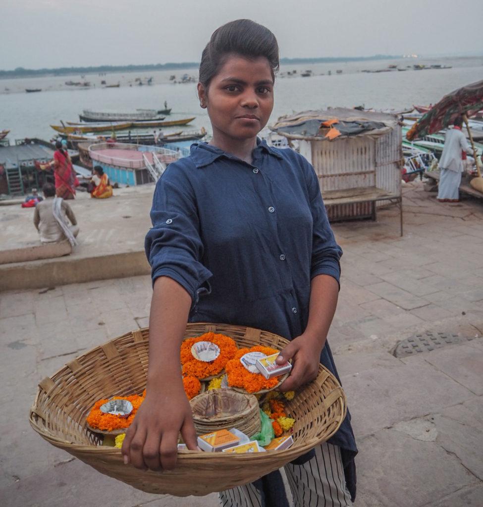 ガンジス川の河岸に到着すると、可愛らしい少女が花を売っていました。