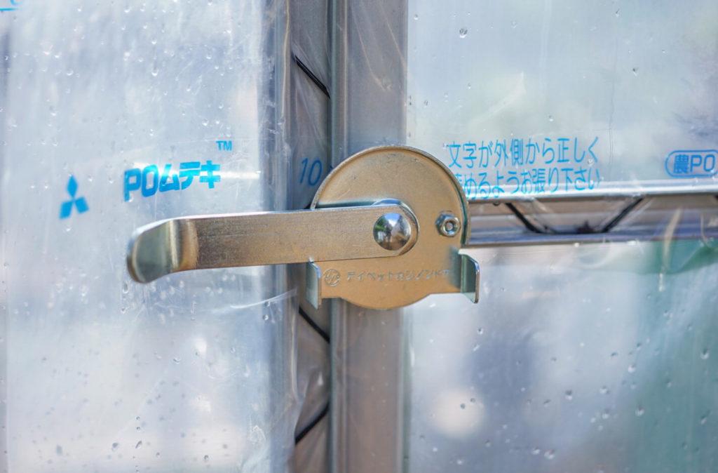 扉はこのようなレバーになっており、非常に丈夫です。