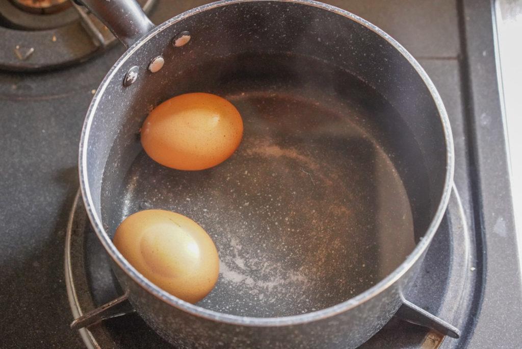 沸騰したら火を止めてたまごを鍋に入れる