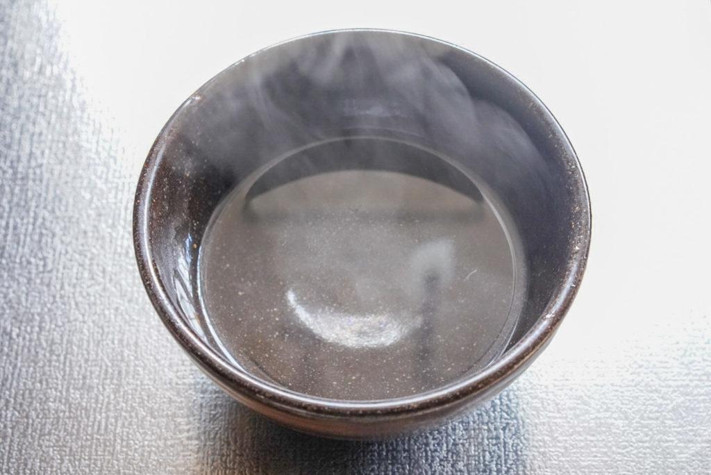 沸騰した水を器に少し移す