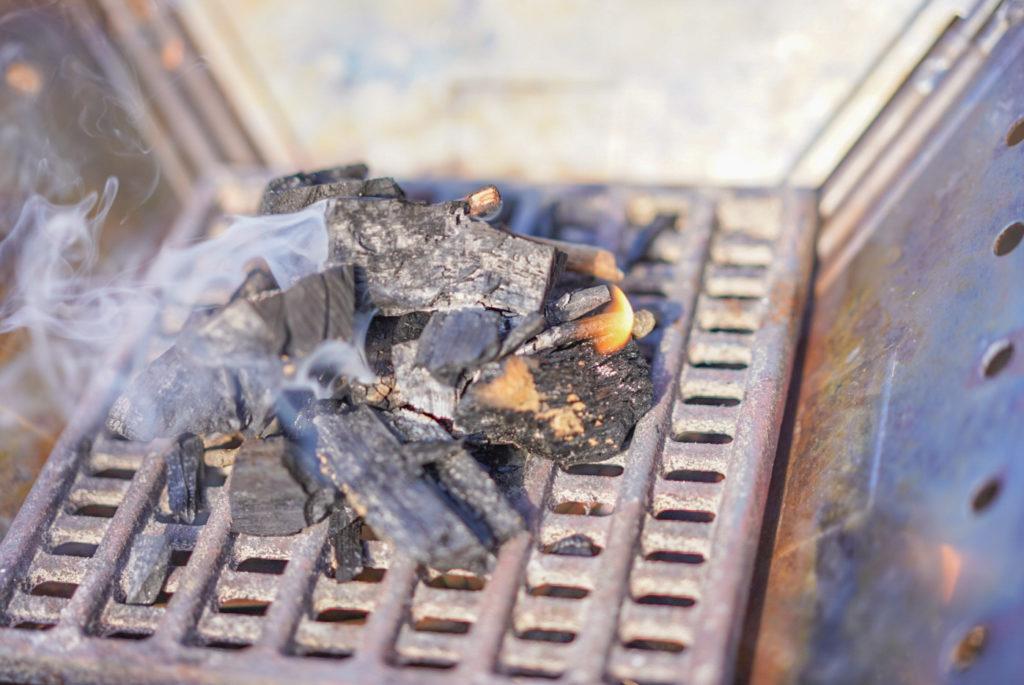ユニフレームのグリルを焚火台の上に置いて使うから炭を置くスペースを考えるとこの組み合わせがベストなんですよね。