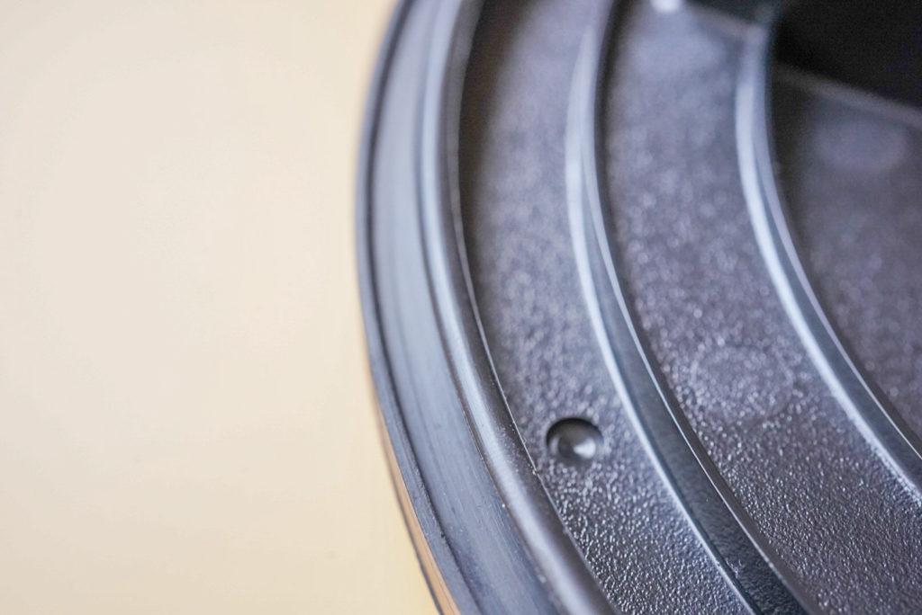 フタと本体の合わせ部はラバーでできていて、閉めたときに少し本体に対して潰れる設計になってるから埃は入りません。