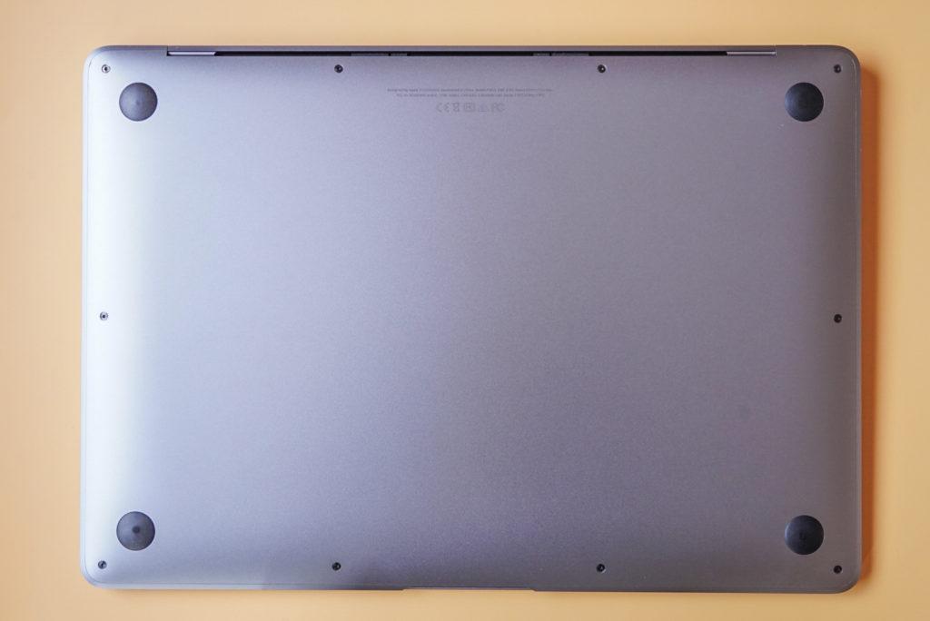 僕のマイMacBook Airの裏面はこんな感じ