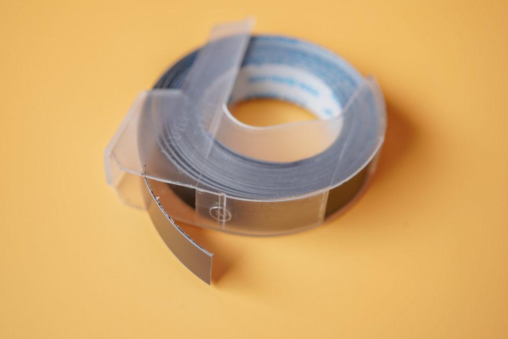 テープはこんな感じ。曲げてみるとわかるんだけど、材料がプラスチックだからかなり硬い。