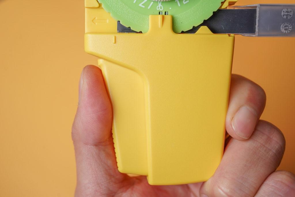 テープをセットすることができた、ノック部を軽く押し込みます。その時の文字盤はどこでもOKです。