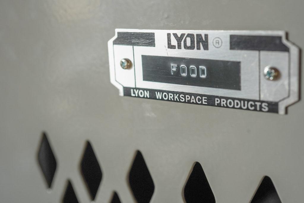 これはリオン社のロッカーのラベルで、主に犬のエサを入れているから「FOOD」にした。