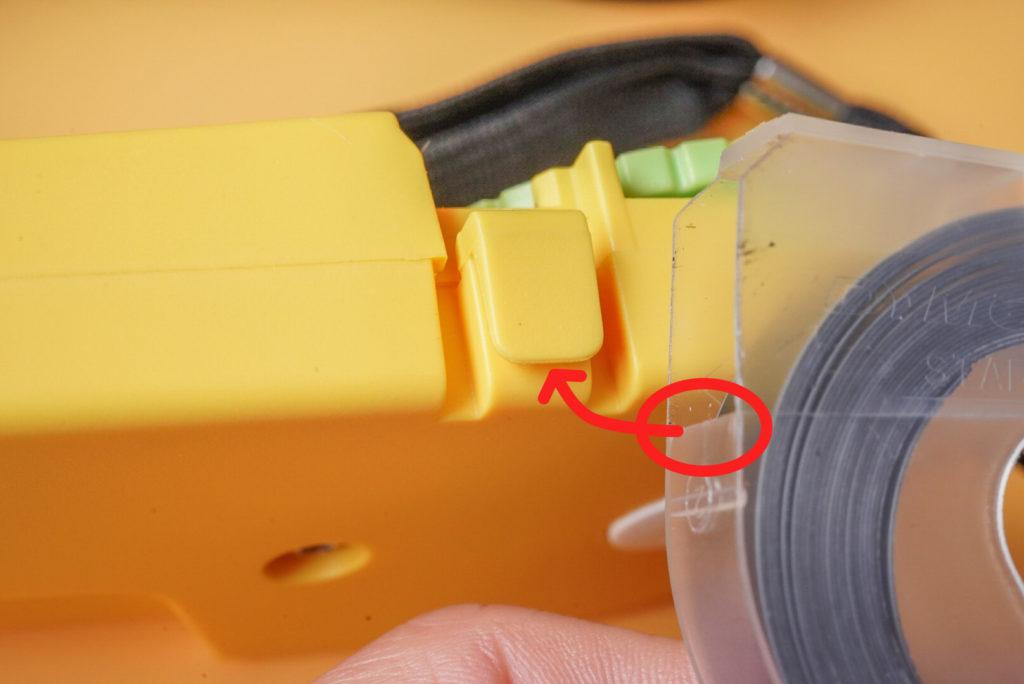 それと同時にテープの下の赤丸部を、本体のロック部に差し込みます。