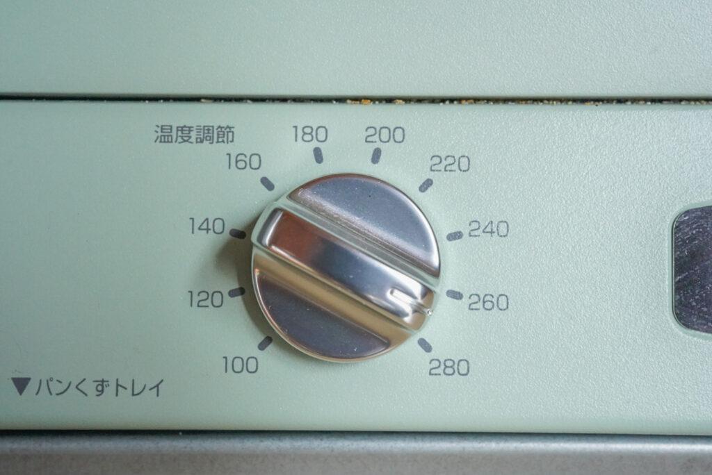 左側のダイヤルは温度調整。