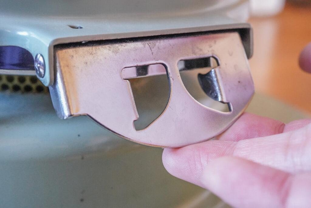 着火部にアクセスするために、レバーを「クイッ」と持ち上げて本体を開けます。