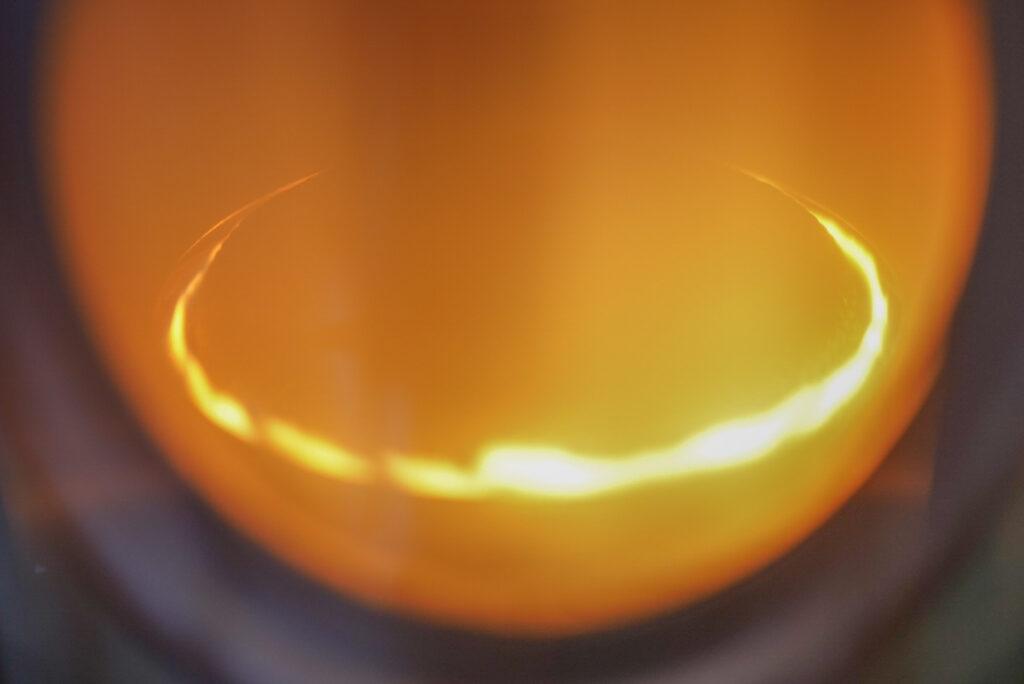 芯に火がついたら、すぐにフタを閉めます。ちなみに、みなさんご存知のとおり、オレンジ色の火は不完全燃焼状態です。